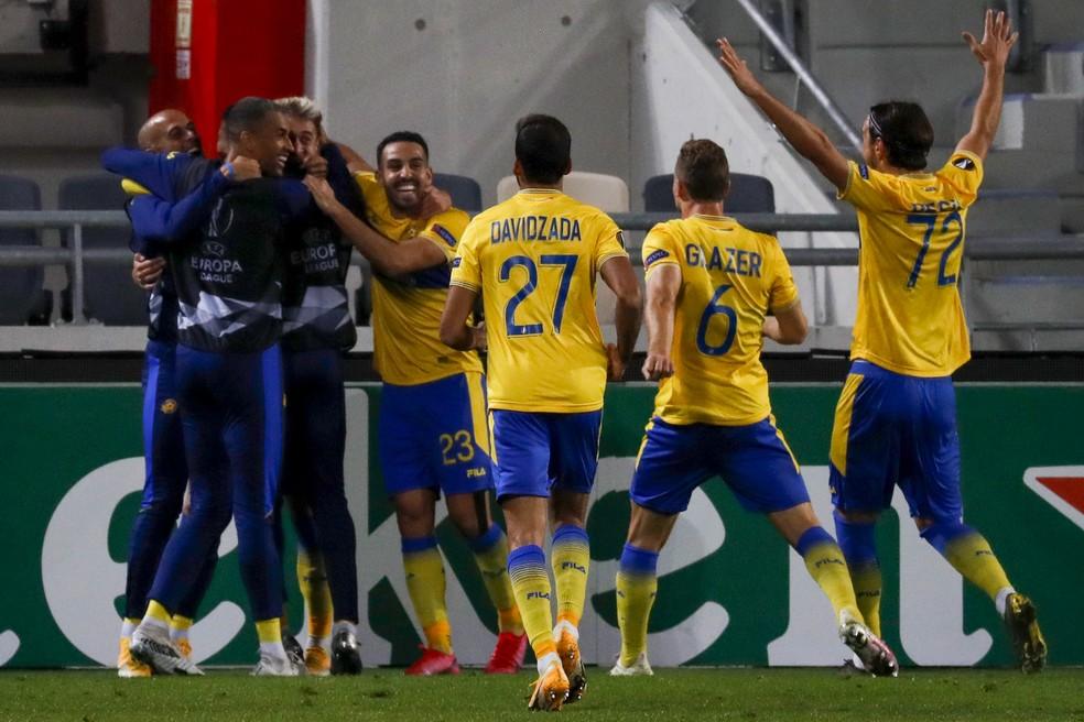 Jogadores do Maccabi Tel Aviv comemoram gol do lateral espanhol Saborit contra o Sivasspor pela Liga Europa — Foto: Ahmad Gharabli/AFP