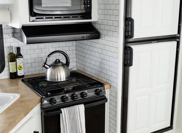 O espaço das paredes é aproveitado para acomodar os eletrodomésticos da cozinha (Foto: Brianne and Sean Walker/ Reprodução)