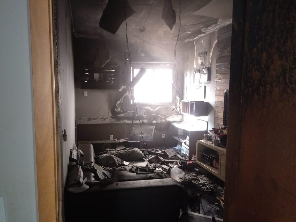 Sobrecarga na rede elétrica causa incêndio e aparatamento é destruído pelo fogo em Cuiabá