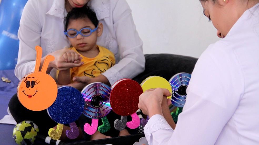 Shayde faz terapia ocupacional, entre outras terapias, para ajudar no desenvolvimento (Foto: Krystine Carneiro/G1)