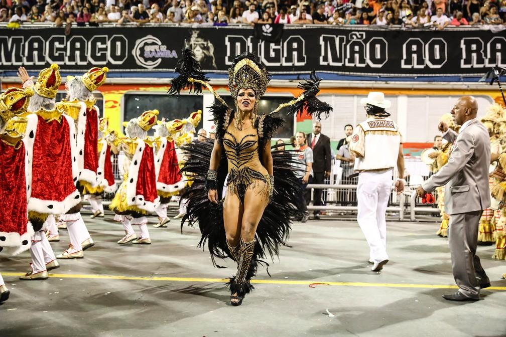 A rainha de bateria da Dragões da Real, Simone Sampaio (Foto: Fábio Tito/G1)
