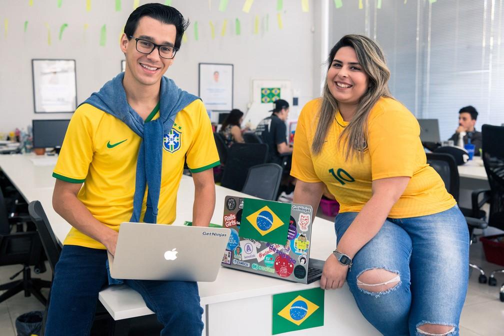 Eduardo L'Hotellier, CEO do GetNinjas, e analista de SEO Mariana da Silva Cremonesi, já estão no clima da Copa do Mundo (Foto: Marcelo Brandt/G1)