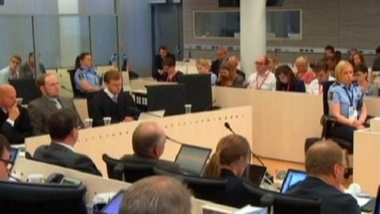 Juiz do caso do massacre de Oslo é flagrado jogando cartas na audiência
