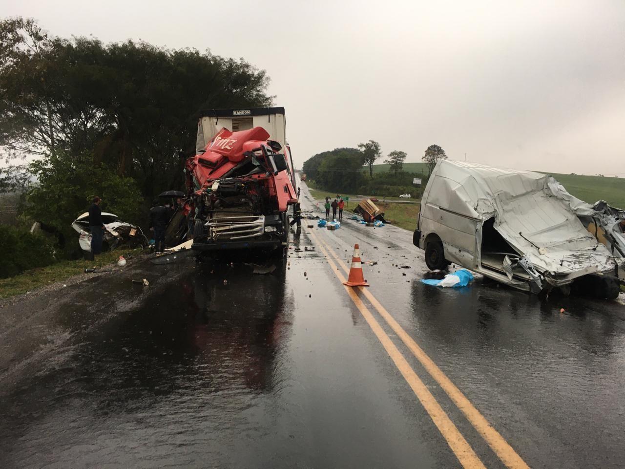 Duas pessoas morrem, e uma fica ferida após acidente entre quatro veículos na PR-182