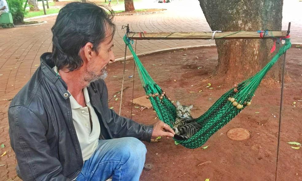"""Miau ceguinho e Luiz: """"Somos inseparáveis"""", conta dono do gatinho cego. — Foto: Flávio Dias/G1MS"""