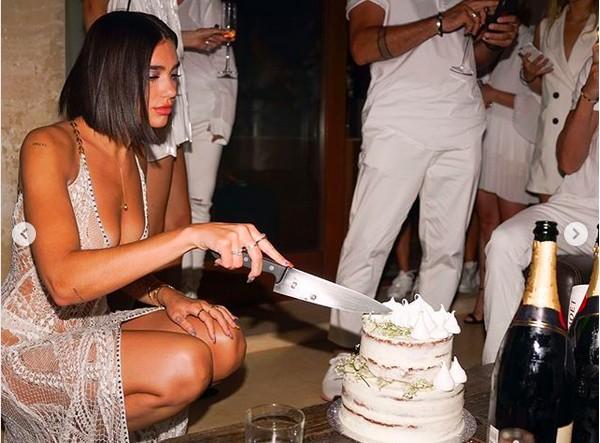 A cantora Dua Lipa celebrando seu aniversário de 23 anos  (Foto: Instagram)