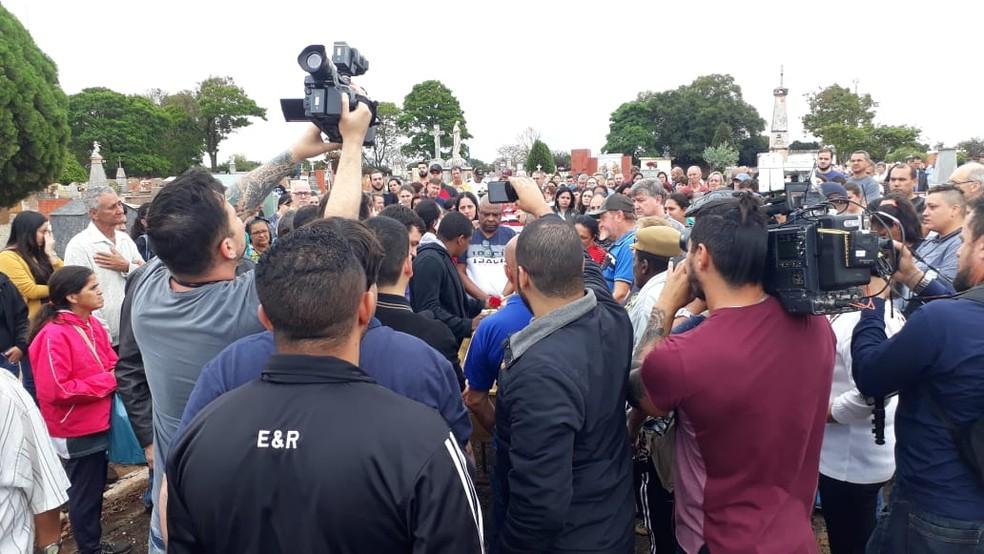 Enterro de Mariana Bazza causa comoção em Bariri — Foto: Romeu Neto/TV TEM