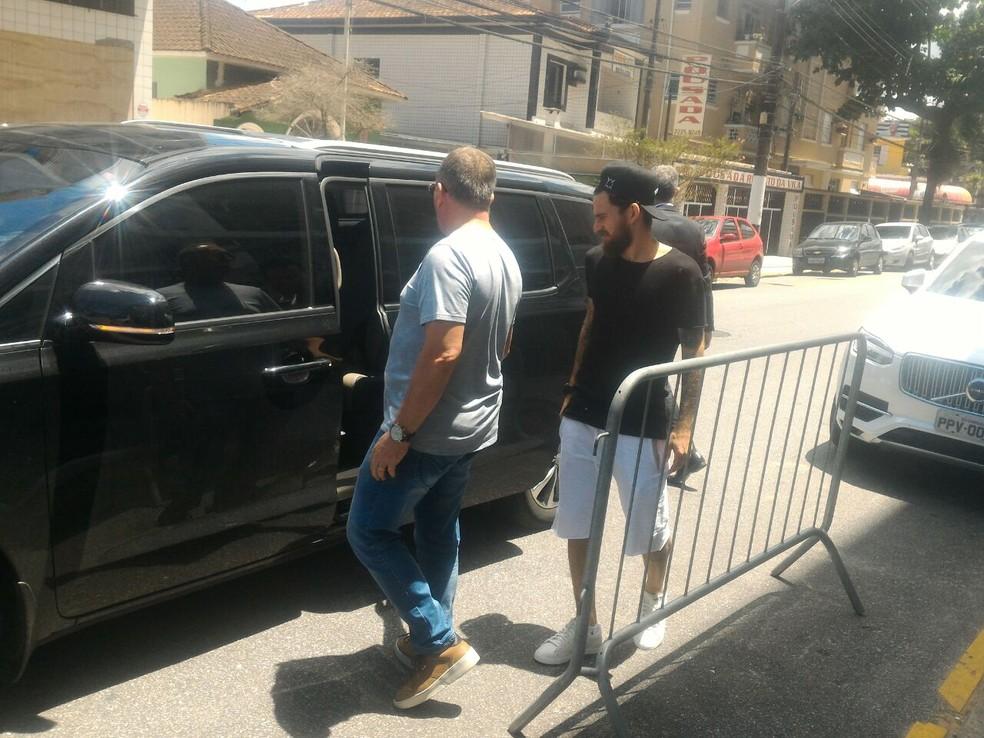 Lucas Lima deixa a Vila Belmiro após comunicar ao Santos que iria para o Palmeiras (Foto: Lucas Musetti)