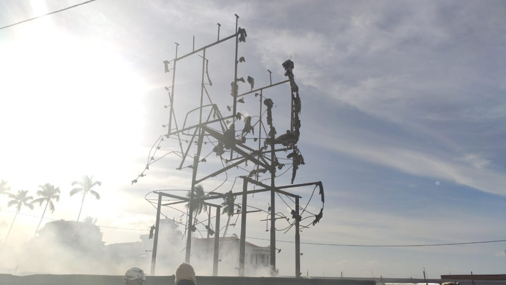 Incêndio destrói monumento feito por Mário Cravo Júnior no bairro do Comércio, em Salvador — Foto: Vanderson Nascimento/TV Bahia