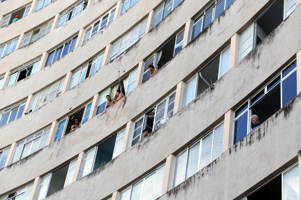 Moradores se reúnem nas janelas do Edifício Holiday, na Zona Sul do Recife — Foto: Marlon Costa/Pernambuco Press