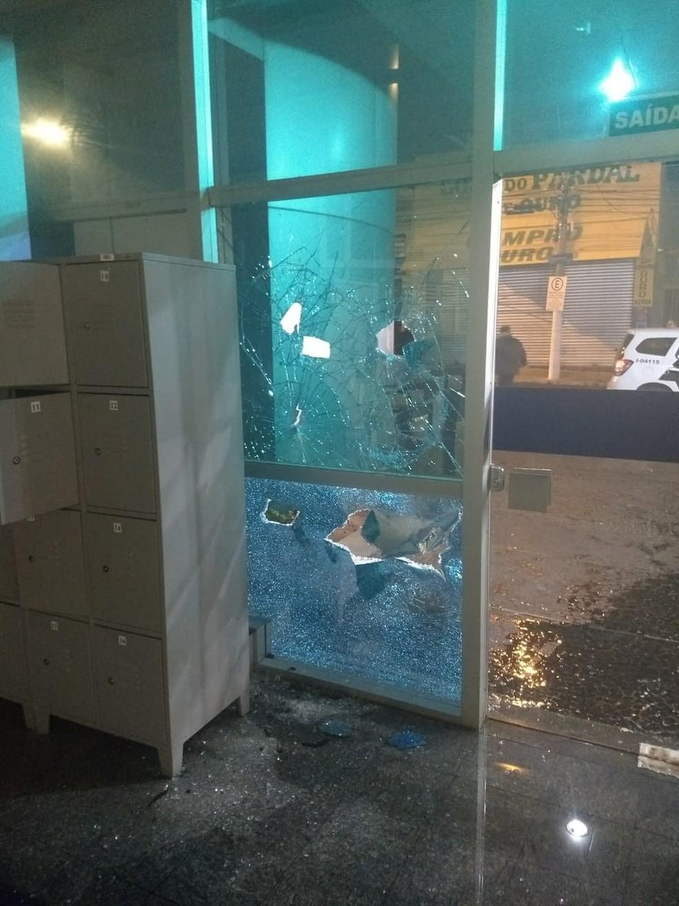 Uma das agências mais destruídas foi a da Caixa no centro de Bauru  (Foto: Willian Silva / TV TEM )