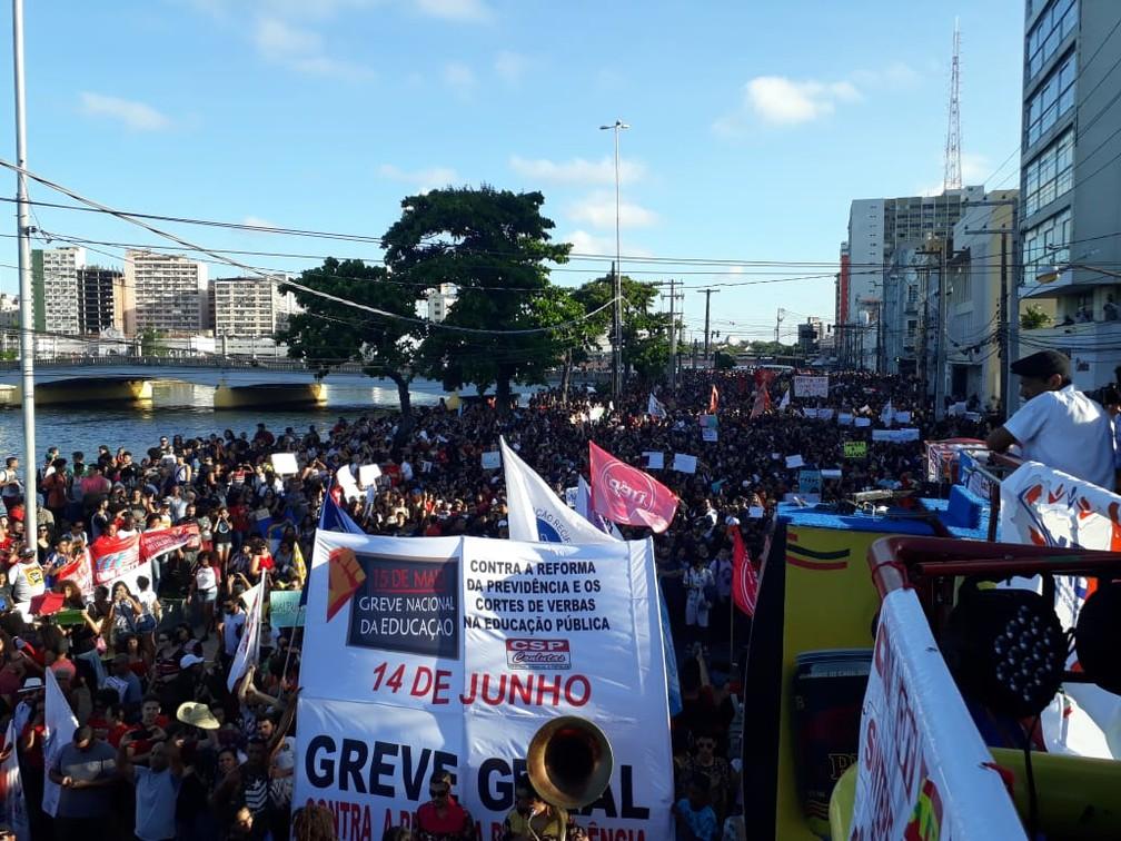Manifestantes protestam na Rua da Aurora, no Centro do Recife, contra corte de verbas na educação — Foto: Danielle Fonseca/TV Globo