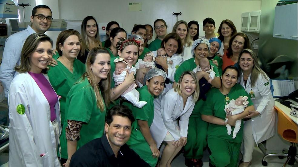 Equipe do hospital que cuida dos quíntuplos — Foto: Reprodução/TV Gazeta
