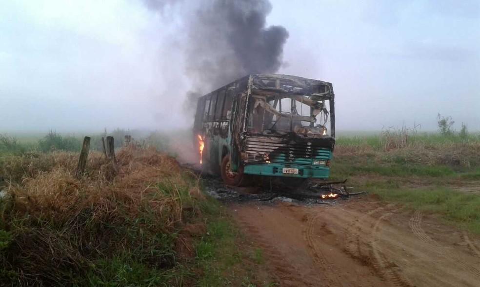 De acordo com a Defesa Civil, o incêndio pode ter sido provocado por uma pane elétrica no motor (Foto: Defesa Civil/Divulgação)