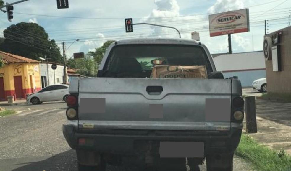 Carro foi abandonado com algumas mercadorias roubadas em Teresina — Foto: Divulgação/PF-PI