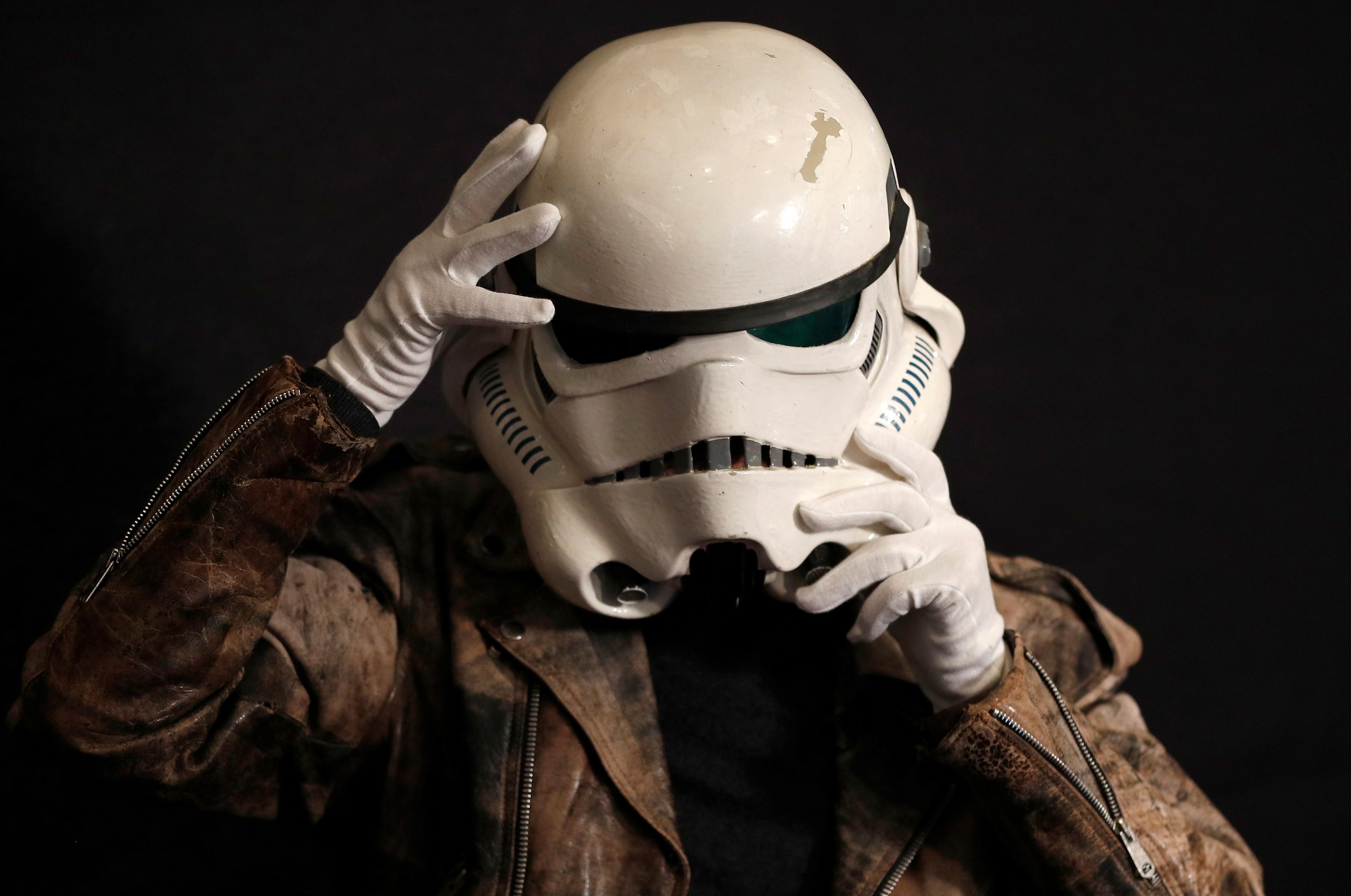 Capacete do 'Star Wars' e outros objetos de filmes famosos vão a leilão em Londres - Noticias