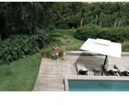Marcos Mion posa na área externa de sua casa em São Paulo. Ao fundo, a lareira no jardim   Reprodução