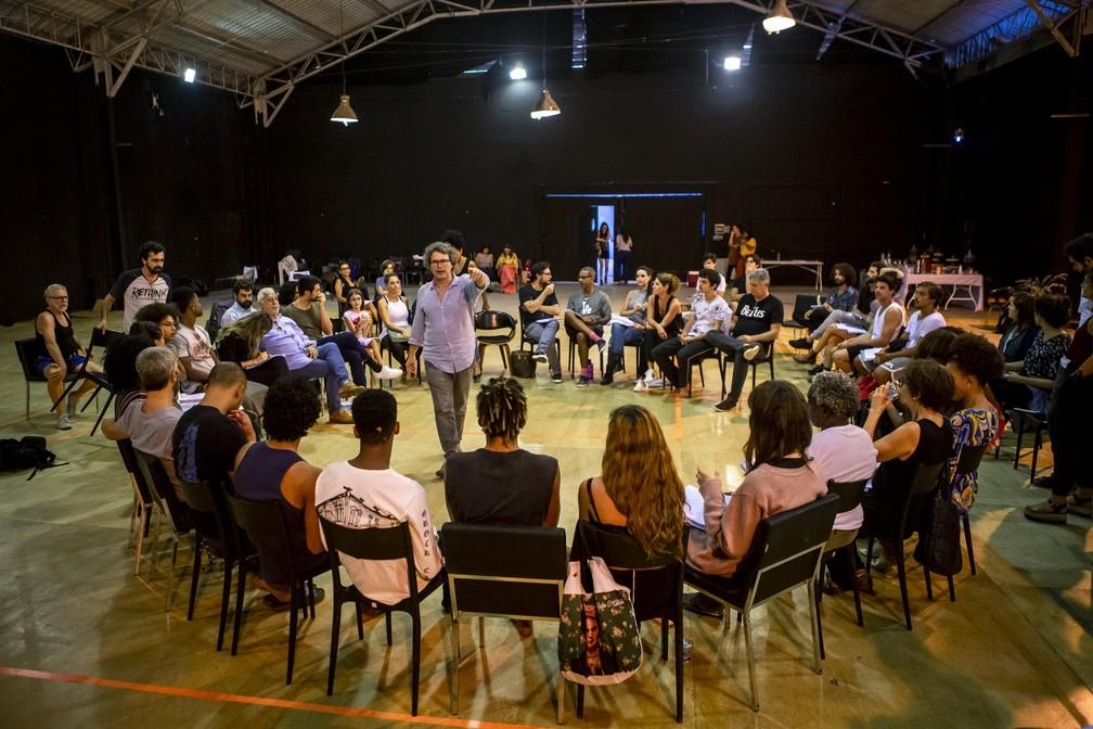 Luiz Henrique Rios, diretor artístico de 'Bom Sucesso', conversa com elenco durante a preparação para a novela — Foto: Fabiano Battaglin/GShow