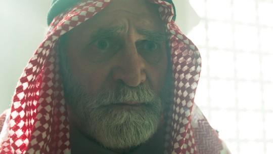 Aziz flagra Soraia deitada com Hussein: 'Sem vergonha'