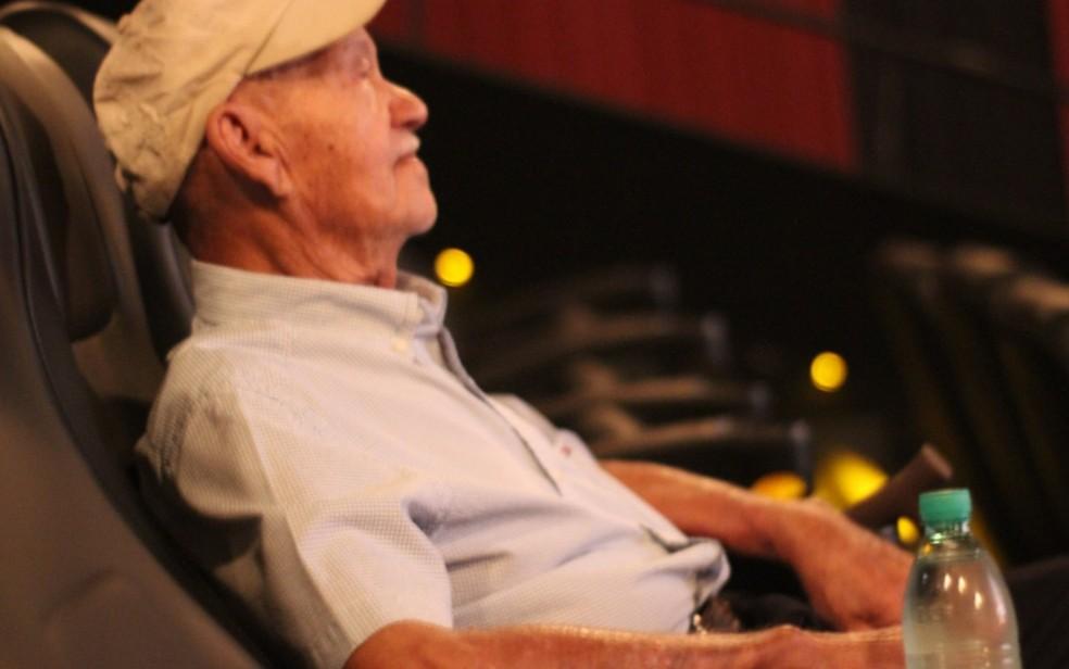 Adontino Soares da Silva assiste a filme em cinema pela primeira vez, em Goiânia — Foto: Reprodução/Arquivo pessoal