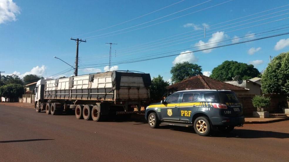Droga estava escondida em compartimento da carreta apreendida em Dourados (MS) (Foto: Maury Junior/Matão Urgente)