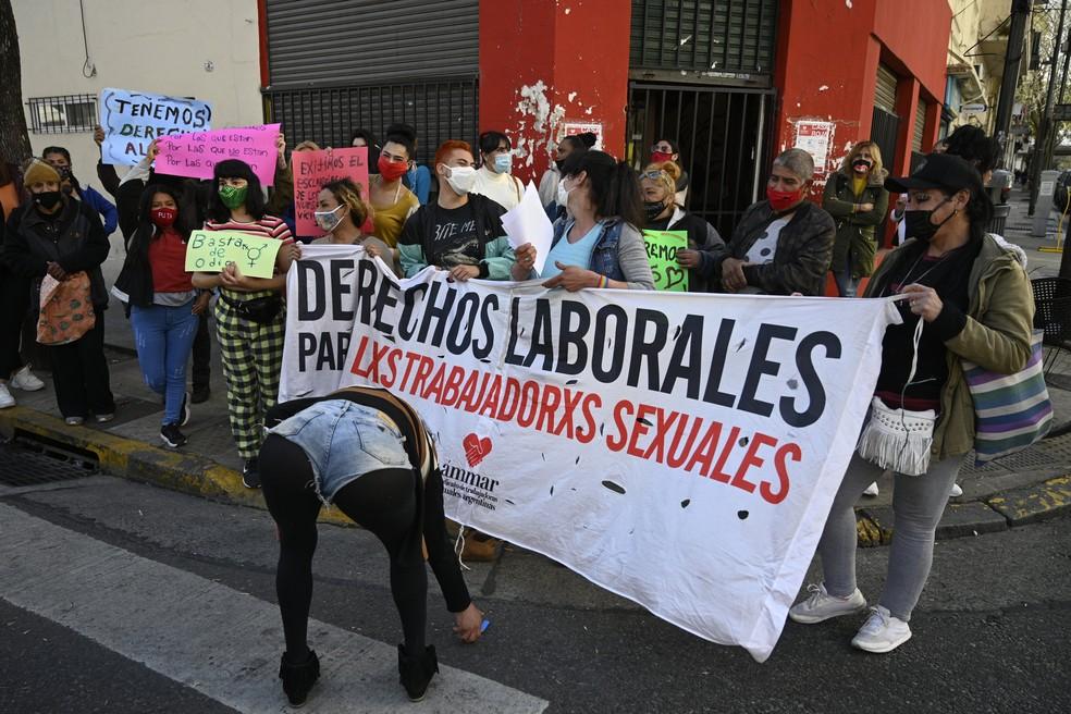 Protesto em Buenos Aires nesta segunda (21) pede fim à violência contra profissionais do sexo — Foto: Juan Mabromata/AFP