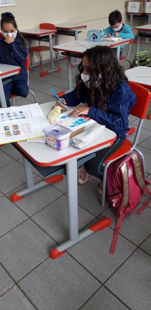 Professora dá lição de sensibilidade ao permitir a presença de um pintinho em sala de aula para acalmar aluna