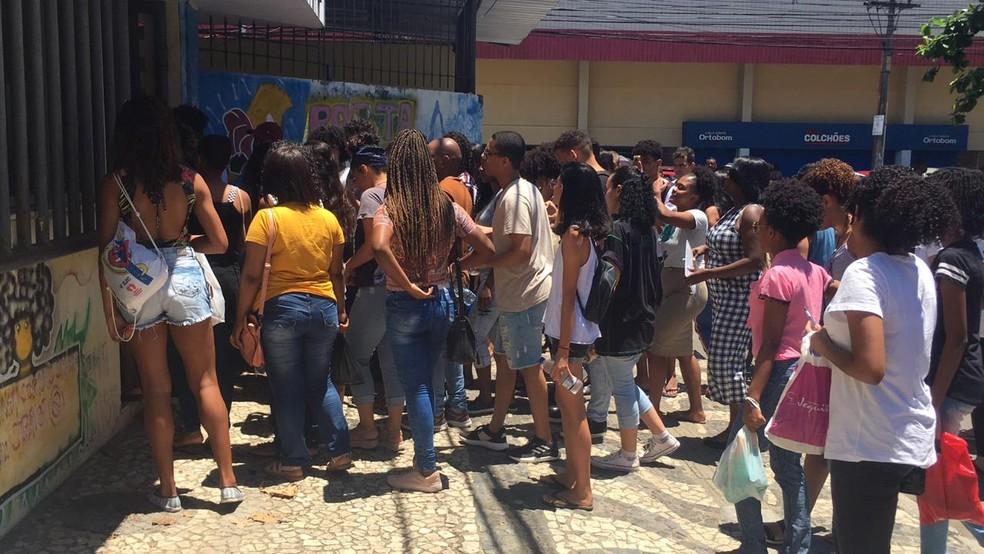 Na edição de 2019 do Enem, candidatos se aglomeraram para esperar a abertura dos portões no Colégio Estadual Manoel Devoto, em Salvador — Foto: Phael Fernandes/G1