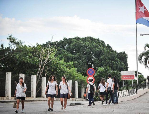 Todos os formandos em medicina em Cuba precisam cumprir três anos de serviço social obrigatório (Foto: Getty Images via BBC News)