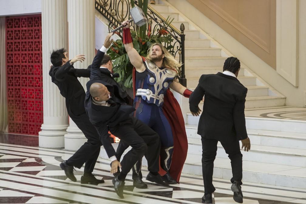 Thor combate os inimigos com seu martelo — Foto: Artur Meninea/Gshow