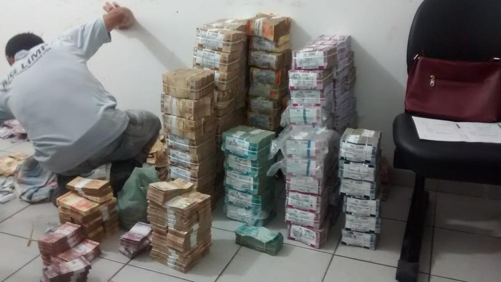 Dezenas de blocos de dinheiro foram recuperados pela polícia em Bacabal — Foto: Erisvaldo Santos/TV Mirante