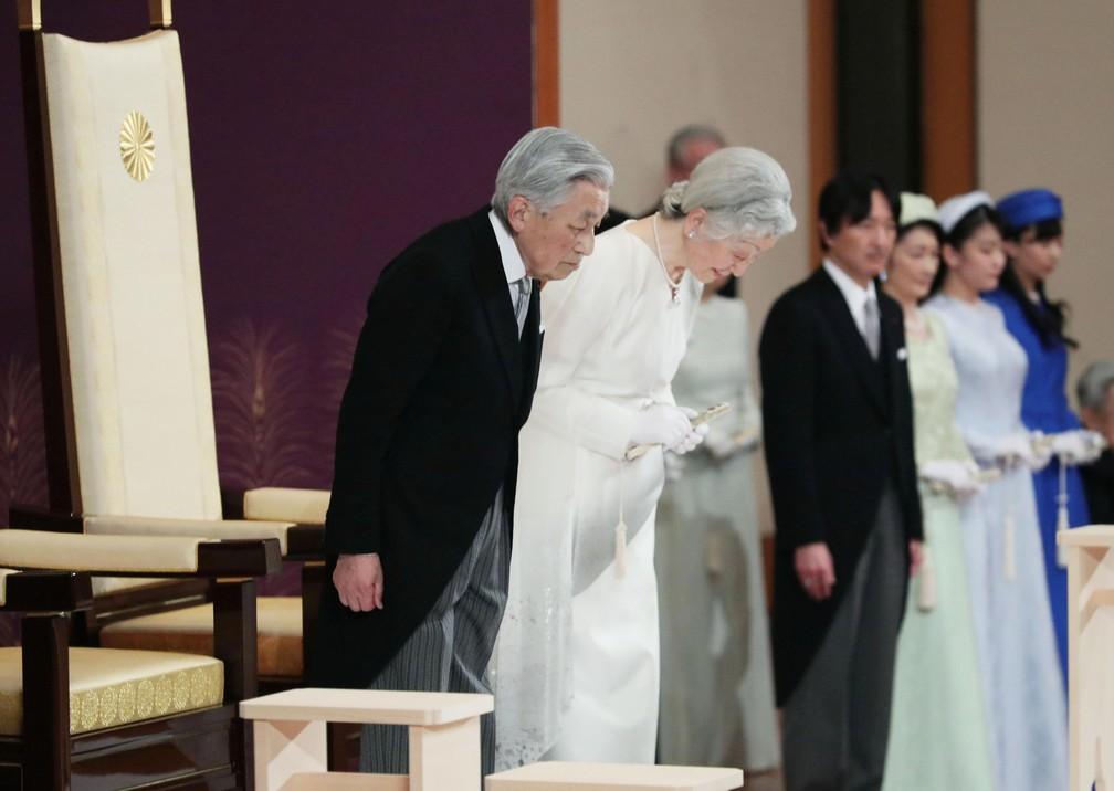 O imperador Akihito do Japão e a imperatriz Michiko curvam-se ao deixar um ritual chamado Taiirei-Seiden-no-gi, uma cerimônia para a abdicação do imperador no Palácio Imperial, em Tóquio — Foto: Kyodo/via Reuters