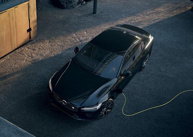 Volvo S60 t6 R-Design AWD - Versão Polestar roda cerca de 35 km no modo elétrico e pode ser recarregada na tomada (Foto:  divulgação)