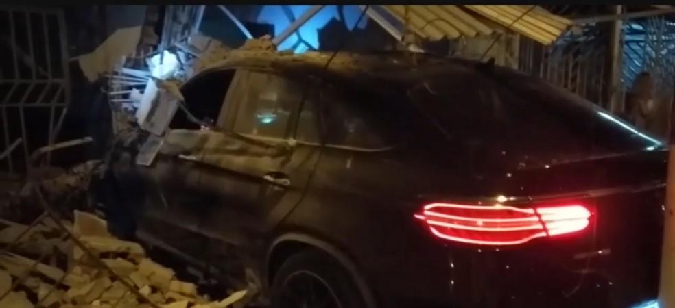 Carro invadiu duas casas em Itabuna, sul da BA — Foto: Reprodução TV Santa Cruz