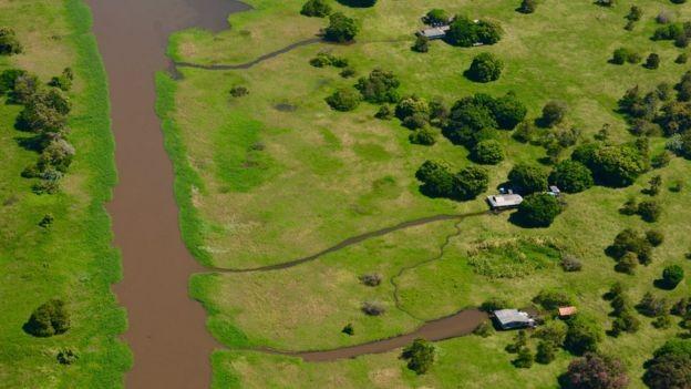Na crônica 'Vento que Traz o Bem', Erik descreve como navegou por furos e varadouros, áreas dos rios que servem como atalhos em dias de clima adverso (Foto: via BBC News Brasil)