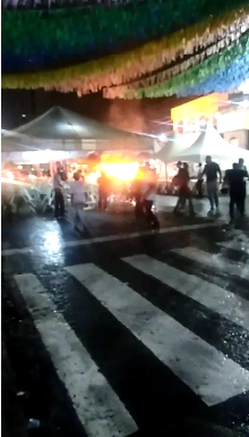 Incêndio atingiu barraca de comidas em festa de São João em Natal — Foto: Reprodução/Redes Sociais