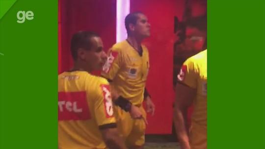 Após polêmica, árbitro discute com dirigente do Inter na entrada do túnel do Beira-Rio; veja vídeo