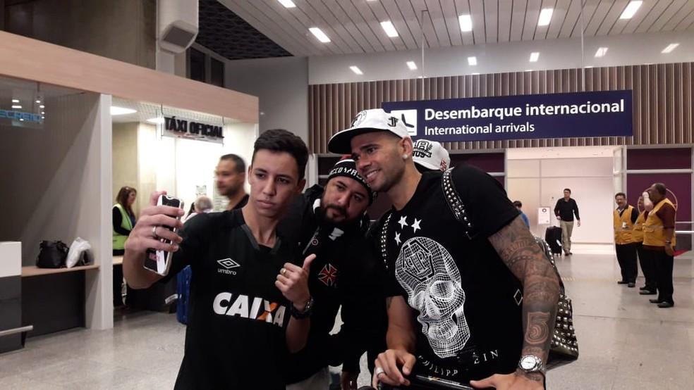 Leandro Castán parou para a tradicional foto com torcedores (Foto: Bruno Giufrida)
