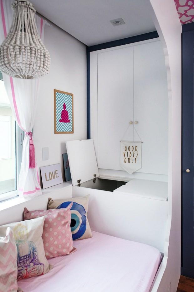 Detalhe. Dentro do arco, a cama conta, de um lado, com um baú para guardar brinquedos, 0,94 x 0,55 x 1,15 m, e, do outro, com um pequeno armário (Foto: Manu Oristanio / Divulgação)