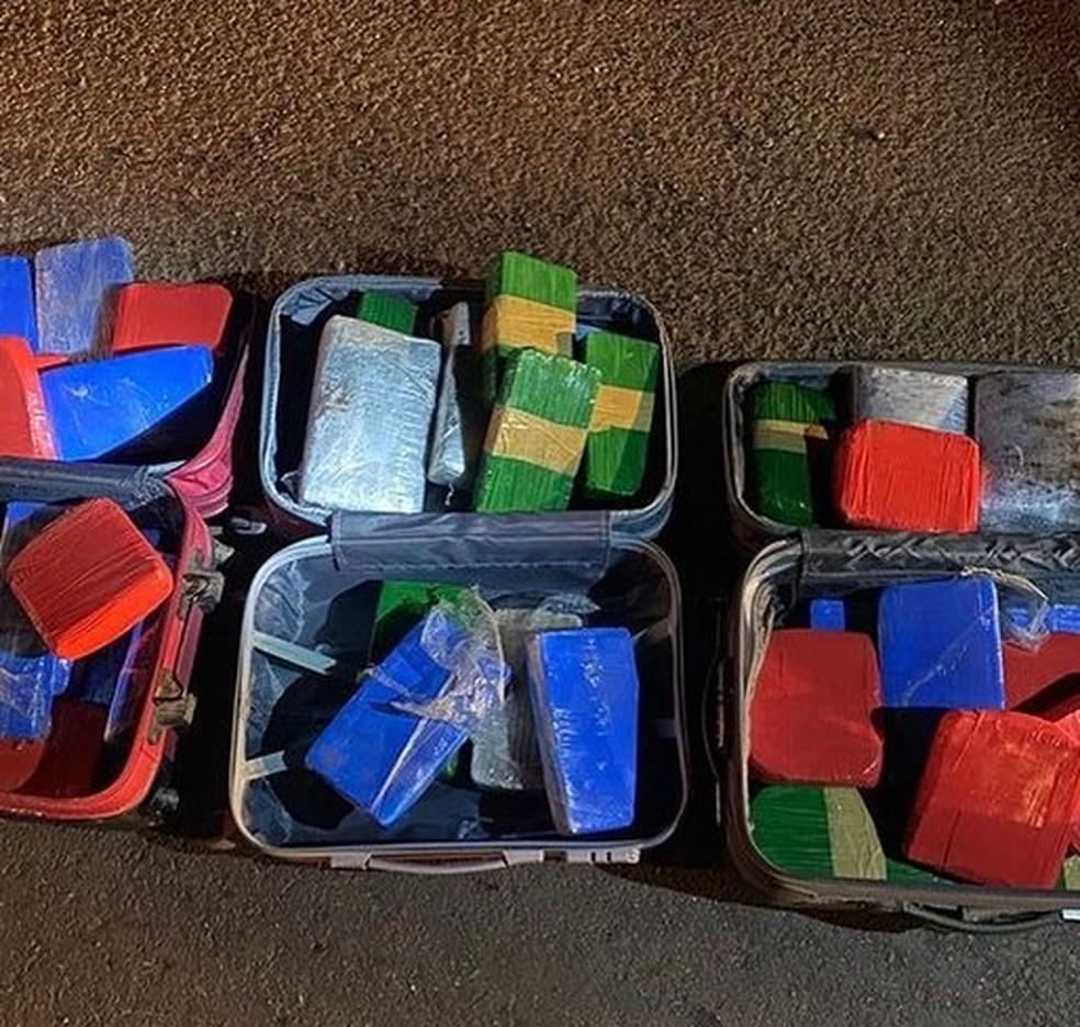 Droga estava dentro de três malas sendo transportada em um veículo que foi interceptado pelo Gefron — Foto: Divulgação/Gefron
