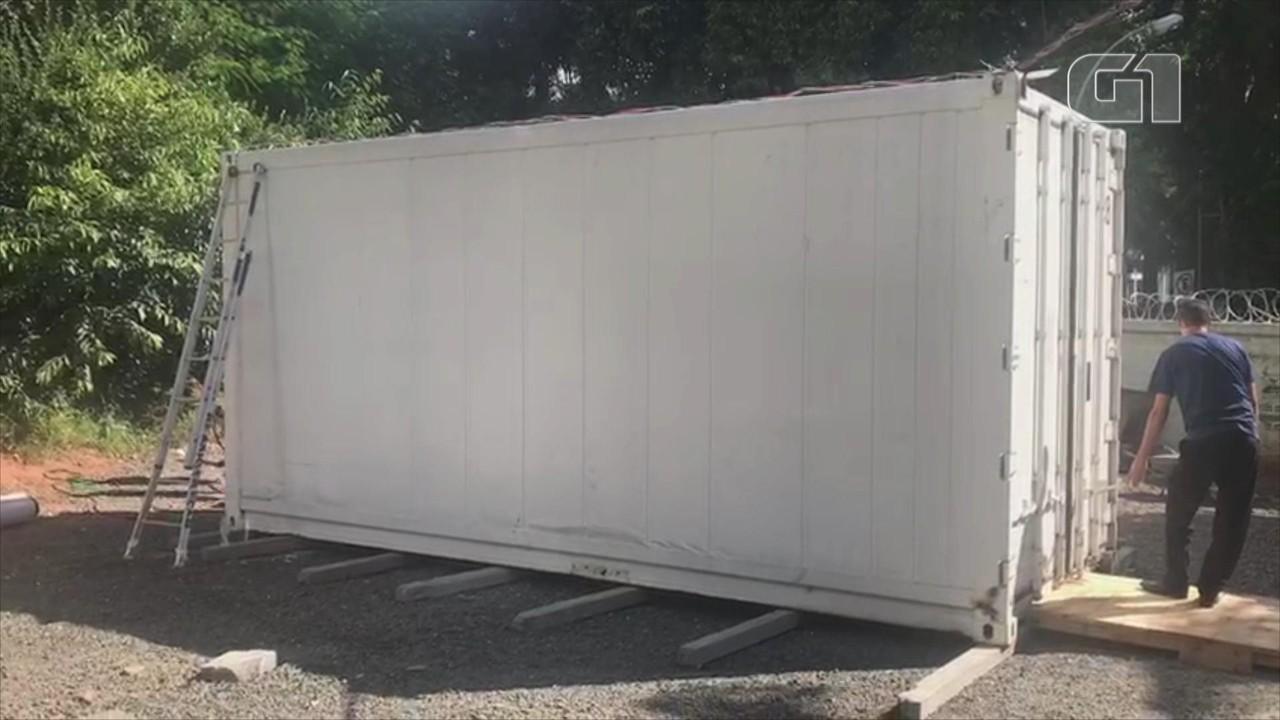 Contêiner refrigerado é instalado no Hospital Moinhos de Vento