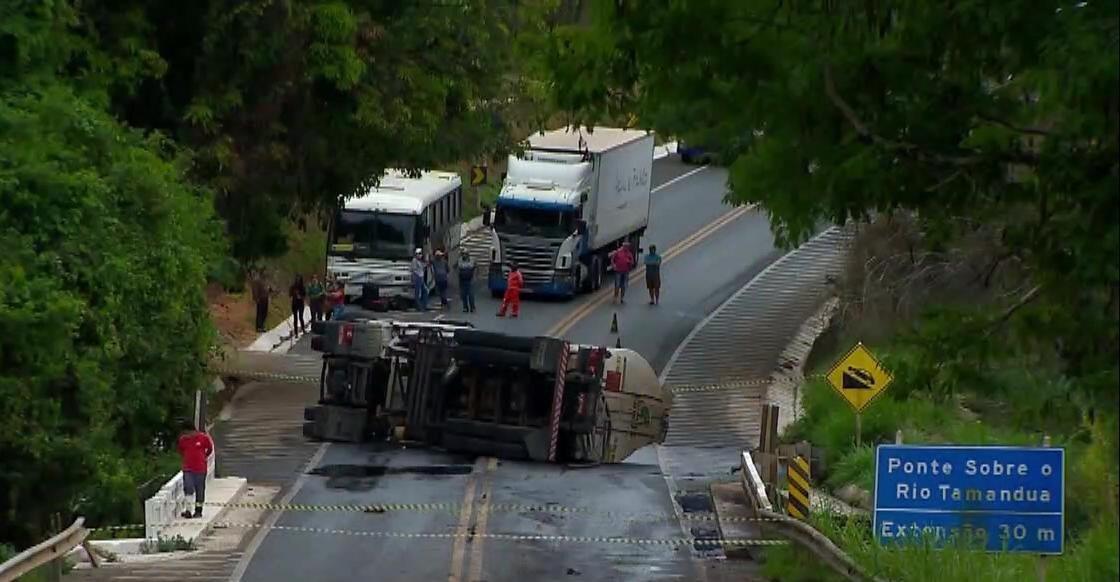 Rodovia é liberada após tombamento de carreta carregada com óleo diesel em Araxá