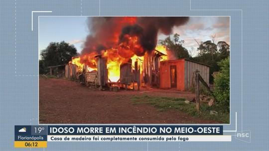 Idoso morre após incêndio em casa de madeira no Oeste catarinense