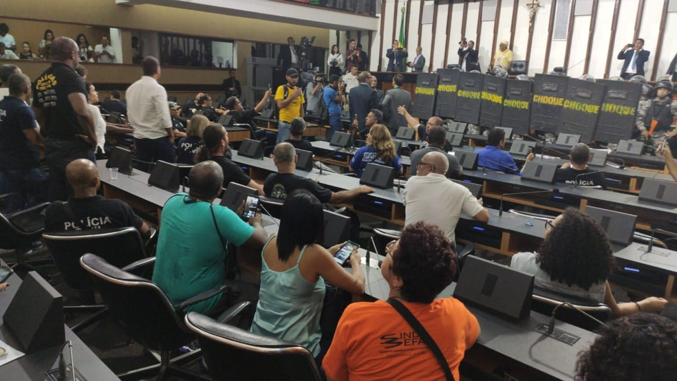 Manifestantes se sentam nas cadeiras dos deputados — Foto: Vanderson Nascimento/TV Bahia