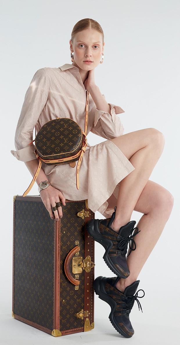 Chemise (R$ 7.450), brincos (R$ 2.320), anéis (R$ 2.400 o trio), bolsa (R$ 9.400), mochila, mala e tênis (R$ 4.300), tudo Louis Vuitton. Relógio Datejust 36 de aço Oystersteel e ouro Everose (R$ 55.800), da Rolex (Foto: Mariana Marão)