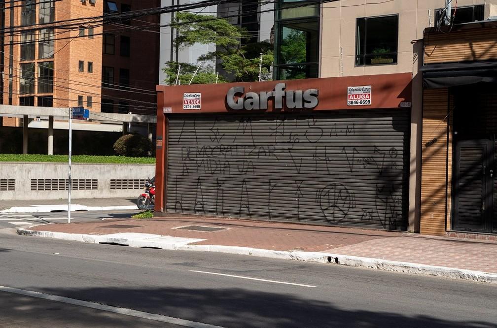 Restaurante por quilo com placa de 'Aluga' na Avenida Engenheiro Luís Carlos Berrini, na Zona Sul de São Paulo. — Foto: Marcelo Brandt/G1