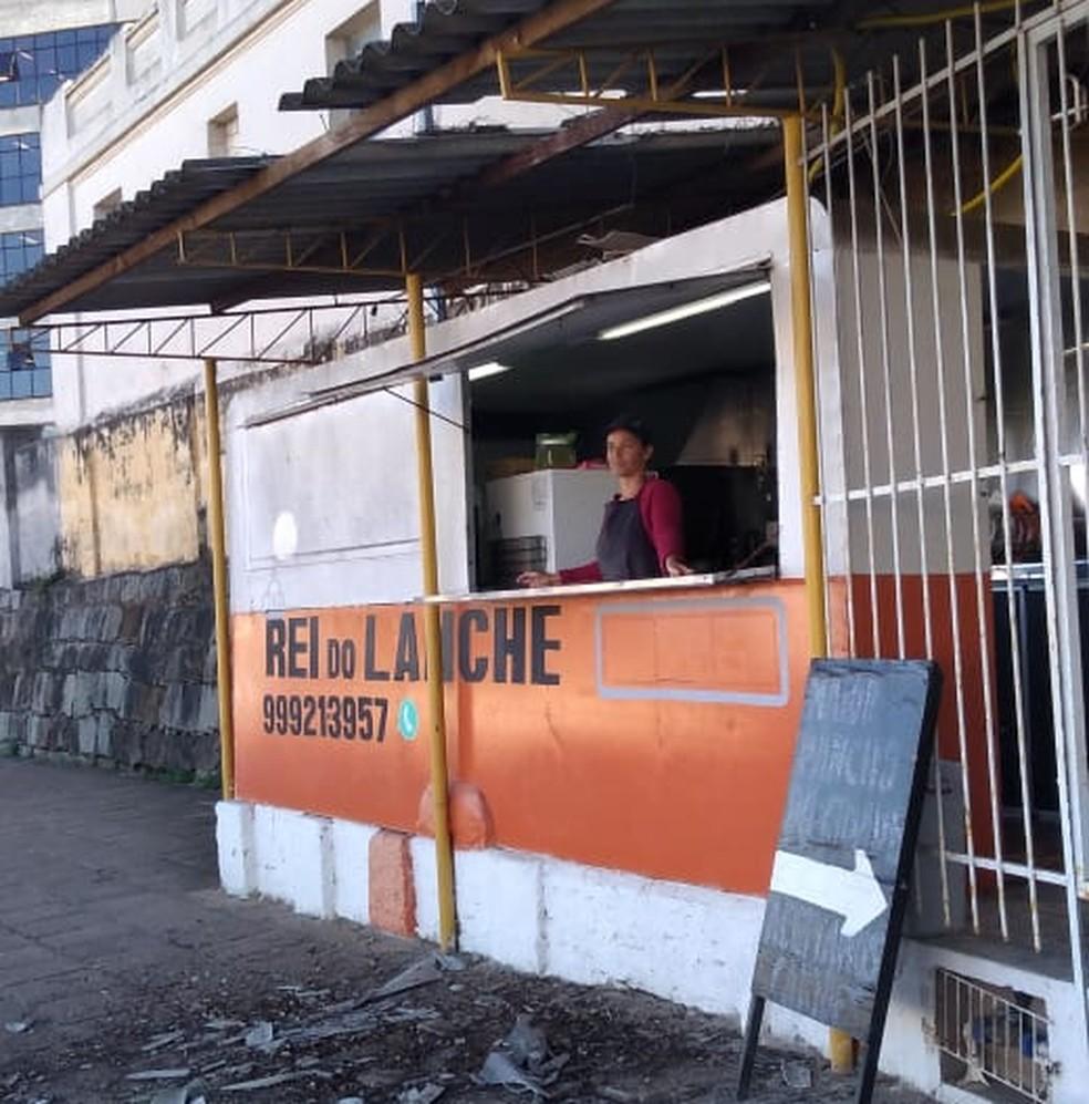 Acidente em lanchonete de Bagé deixou telhas quebradas  — Foto: Patrick Correa/RBS TV Bagé