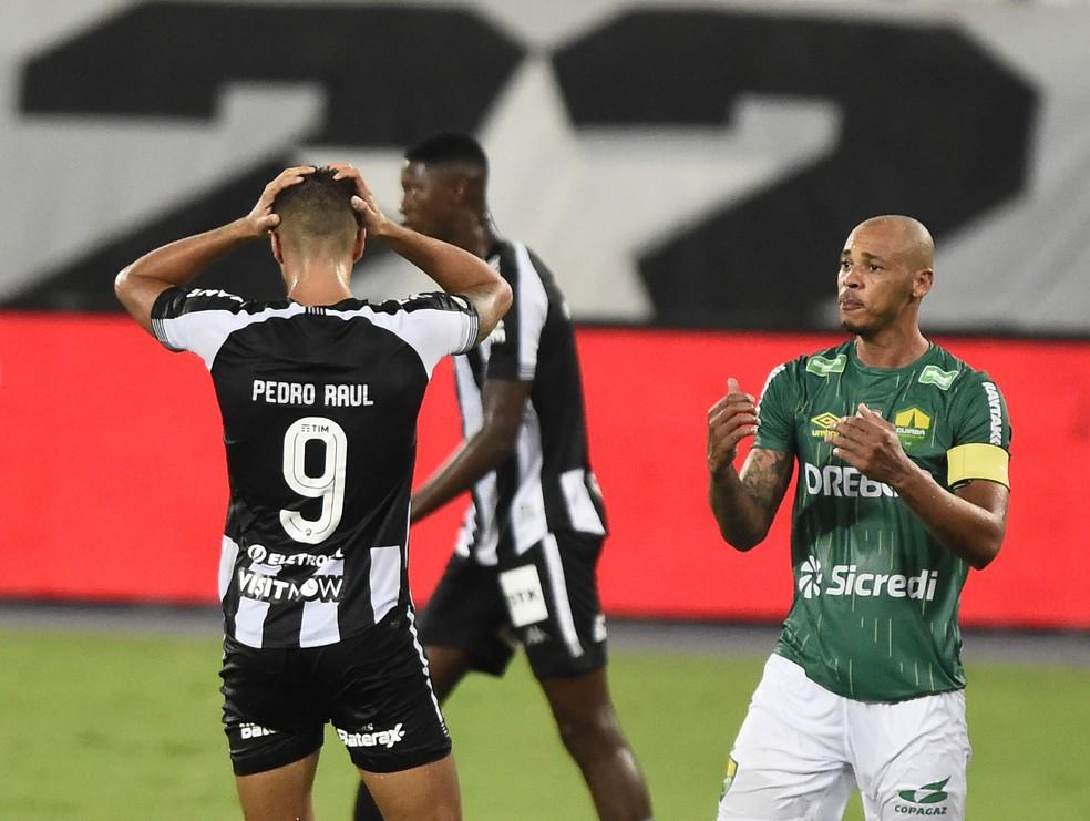 Pedro Raul e Matheus Babi lamentam uma das chances perdidas pelo Botafogo — Foto: André Durão/ge