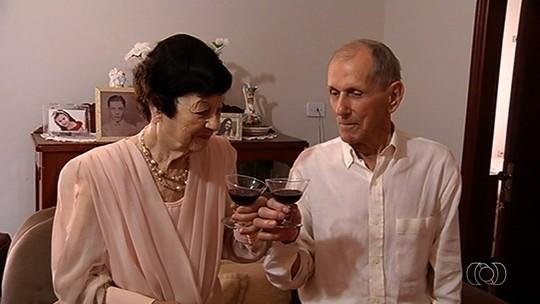 Aposentados comemoram 70 anos de casados e voltam a trocar alianças na igreja: 'Amor só aumenta'
