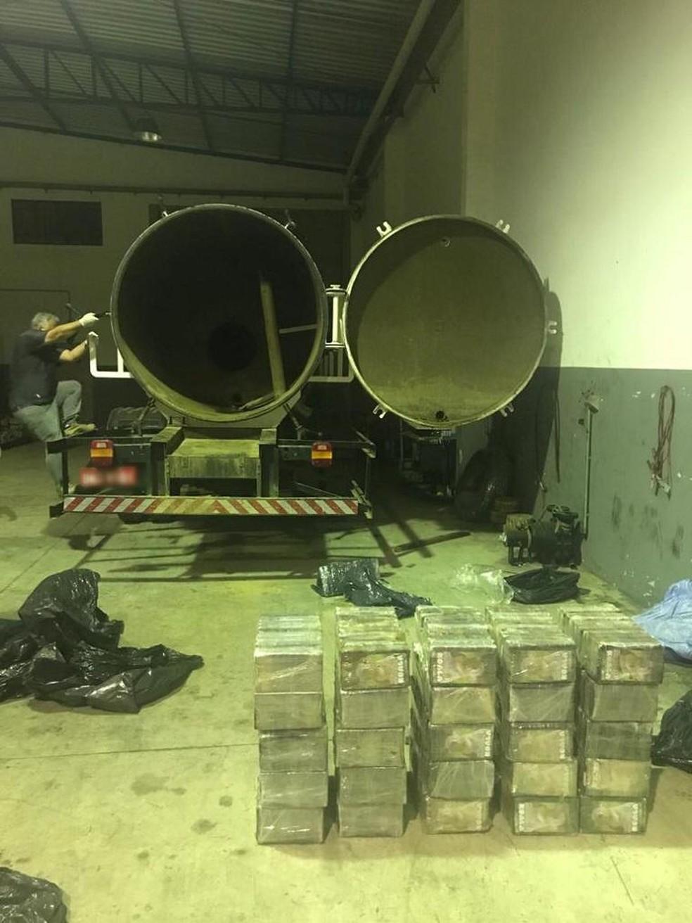 Droga estava escondida em um fundo falso do caminhão — Foto: Divulgação/Polícia Civil
